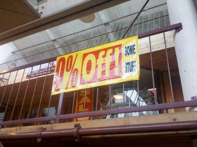 Sale sign advertising 0% off